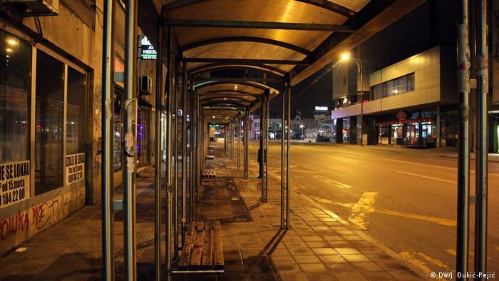 Međugradski i gradski prevoz ukinuti su u potpunosti u celoj Srbiji. U vreme policijskog časa mogu voziti samo autobusi fabrika koji prevoze radnike.