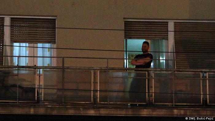 Zabrana kretanja teško pada starima, ali i mlađima. Sa balkona i prozora gledaju na prazne ulice, sami ili u krugu porodice.