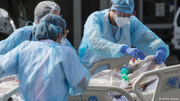 Медичний персонал доправляє пацієнта до медичного вертольота