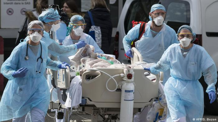 Un paciente es transportado en una camilla por profesionales de la salud en Francia.