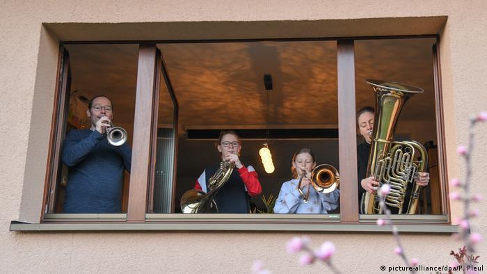 Coronavirus - Frankfurt/Oder Menschen musizieren am offenen Fenster (picture-alliance/dpa/P. Pleul)