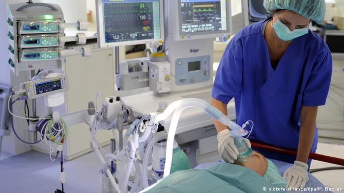 Medicinska sestra stavlja respirator pacijentu na usta