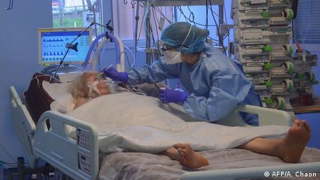 Пациентка в реанимации и врач