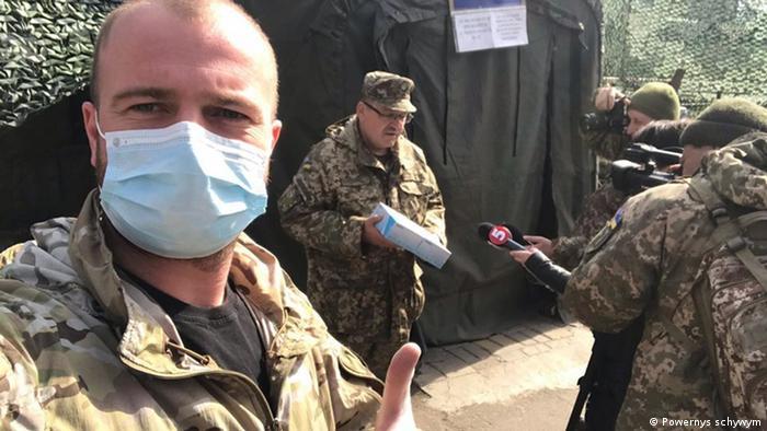 Украинские солдаты в респираторных масках, которые призваны защитить их от коронавируса