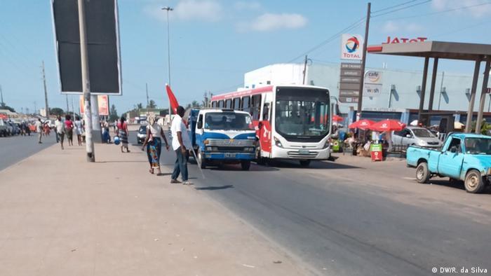 Ônibus na via pública, em Maputo, a capital de Moçambique