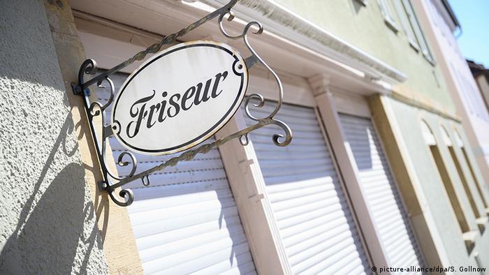 Salão de cabeleireiro de portas fechadas em Stuttgart, no sudoeste da Alemanha