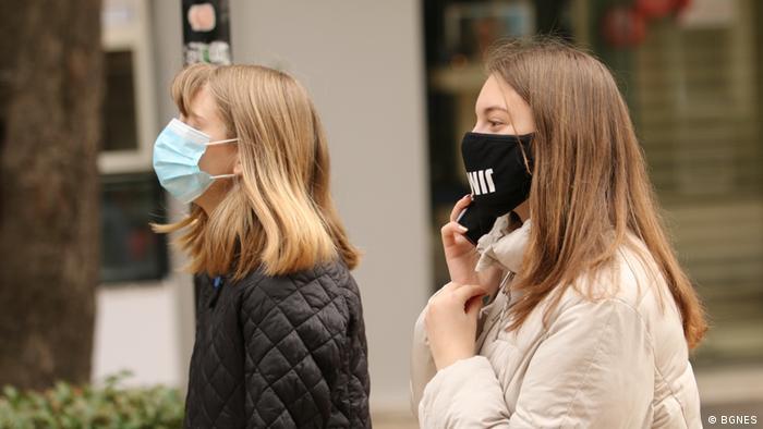 Момичета с предпазни маски