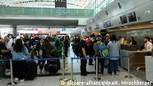 23.02.2020 *** Deutsche Staatsbürger und EU-Bürger stehen auf dem Internationalen Flughafen Ezeiza in Buenos Aires an den Schaltern der Lufthansa. Aus Argentinien startet der erste Flug im Rahmen der Rückholaktion des Auswärtigen Amtes mit deutschen Urlaubern und EU-Bürgern.   Verwendung weltweit