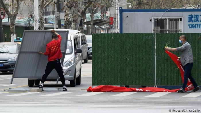 China Wuhan Barrieren auf Straße entfernt (21.03.2020)