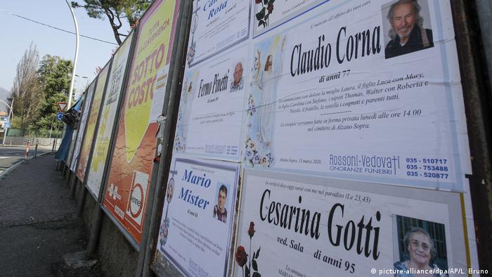 Nachrufe hängen an einer Wand in Alzano Lombardo aus, in der vom Virus stark getroffenen Lombardei