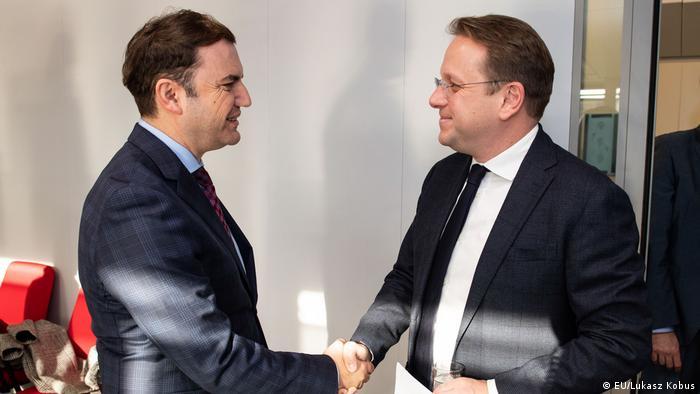 Olivér Várhely (R) EU-Erweiterungskommissar und Bujar Osmani stellvertretender Premierminister für europäische Angelegenheiten in Nord-Mazedonien (EU/Lukasz Kobus)