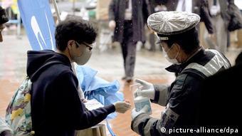 Μερικές χώρες όπως η Ιαπωνία και η Νότια Κορέα έχουν προχωρήσει σε πιο αποτελεσματικά μέτρα πχ. χορήγηση μασκών σε όλους