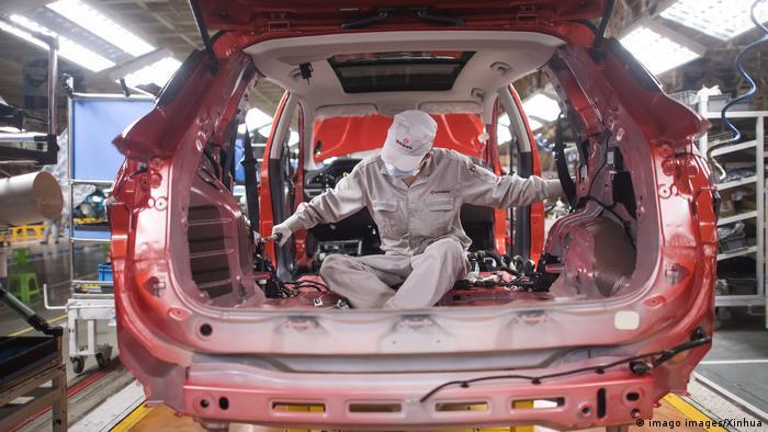 Homem trabalhando em fábrica de automóveis em Wuhan
