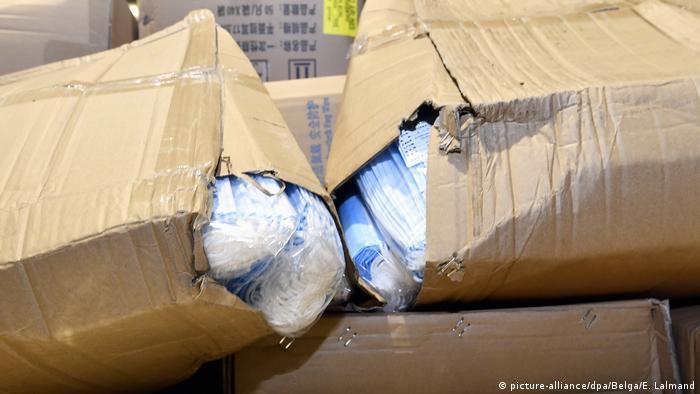 Kisten mit Mundschutzmasken (picture-alliance/dpa/Belga/E. Lalmand)