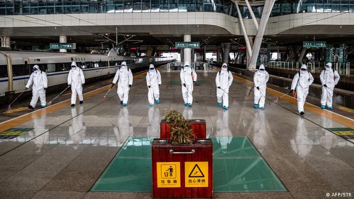 Bahn-Mitarbeiter desinfizieren den Hauptbahnhof von Wuhan (Foto: AFP/STR)