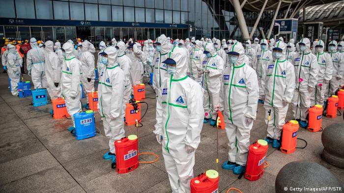 Desinfektionsteams stehen in Wuhan in Reih und Glied