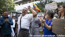 12.03.2020, Venezuela, Caracas: Menschen rufen Parolen bei einem Protest wegen mangelnder Vorräte vor dem Krankenhaus JM de los Rios. In Venezuela sind bisher keine Covid-19-Fälle verzeichnet worden. Foto: Ariana Cubillos/AP/dpa +++ dpa-Bildfunk +++ |