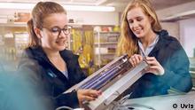Katharina Obladen und Tanja Nickel mit ihrem UV-Licht-Modul für Rolltreppenhersteller