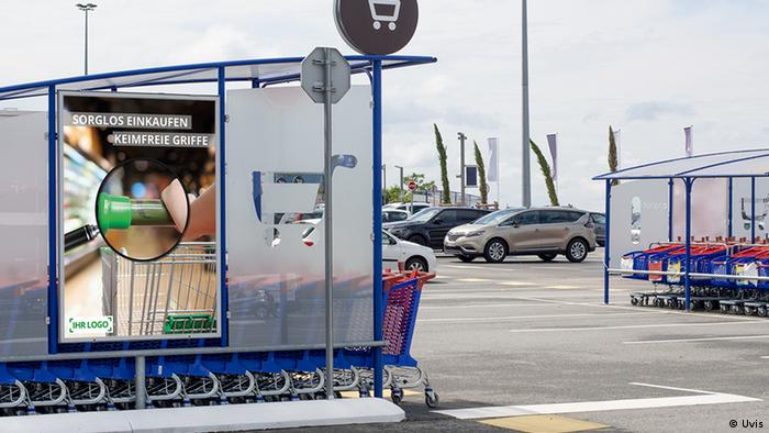 Einkaufswagen mit beschichteten Griffen vor einem Kölner Supermarkt