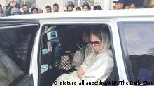 Former Bangladesh prime minister Khaleda Zia being taken to prison. | Verwendung weltweit