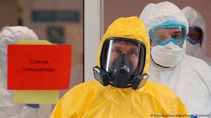 Vladimir Putin usa un traje protector contra el contragio de coronavirus al visitar el centro médico de Novomoskovsky. (24.03.2020).