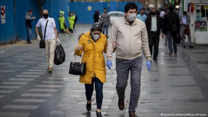 Iraníes con mascarillas en las calles de Teherán.