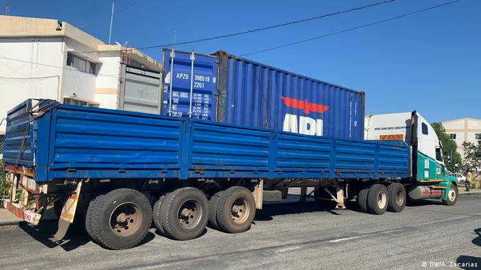A truck and container where dozens of bodies were found in Mozambique (DW/A. Zacarias)