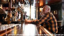23.03.2020 *** Men drink at the bar, of the Half Way Inn pub, in central Stockholm, Monday, March 23, 2020. Bars and restaurants in Sweden are still open despite the coronavirus outbreak. (Ali Lorestani/ TT News Agency via AP) |