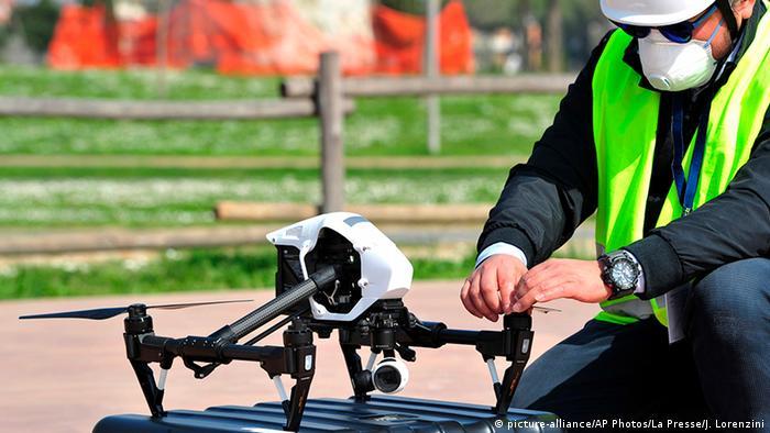 Italien Grosseto | Coronavirus | Polizist mit Drohne