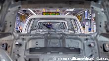 ARCHIV - 01.03.2019, Niedersachen, Wolfsburg: Ein Volkswagen-Mitarbeiter schraubt im Karosseriebau im VW Werk an einer Karosserie. (zu dpa «Kurzarbeit für rund 80 000 VW-Beschäftigte in Deutschland») Foto: Christophe Gateau/dpa +++ dpa-Bildfunk +++ | Verwendung weltweit