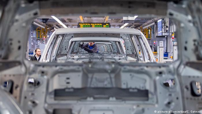 Рабочий на заводе Volkswagen (фото из архива)