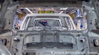 Конвейер на заводе Volkswagen в Вольфсбурге