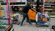 Corona-Krise Südafrika Pretoria Vorratskäufe in Supermarkt