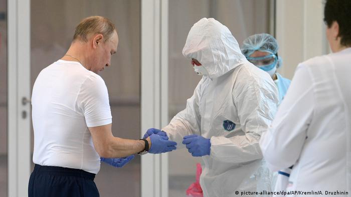 Coronavirus Russland Moskau Präsident Putin besucht Krankenhaus (picture-alliance/dpa/AP/Kremlin/A. Druzhinin)