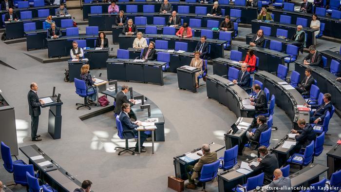 Berlin Bundestag Verabschiedung Hilfspakete für deutsche Wirtschaft (picture-alliance/dpa/M. Kappeler)