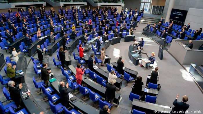 Lawmakers spread out in the Bundestag (picture-alliance/dpa/K. Nietfeld)