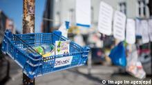 Ein Spendenzaun in Berlin-Kreuzberg Foto vom 24.03.2020. In ganz Deutschland entstehen derzeit sogenannte Spenden- oder Gabenzaeune fuer Obdachlose. Die Menschen werden dazu aufgerufen, in Plastiktueten verpackte Lebensmittel, Hygieneartikel oder Kleiderspenden an die Zaeune zu haengen, damit sich auf der Strasse lebende oder arme Menschen dort versorgen koennen. Wegen der Corona-Pandemie haben viele soziale Einrichtungen wie Tafeln, Nachtcafes und Suppenkuechen aus Infektionsschutzgruenden mittlerweile geschlossen. Siehe epd-Meldung vom 24.03.2020 Gabenzaeune fuer Obdachlose in ganz Deutschland *** A donation fence in Berlin Kreuzberg Photo from 24 03 2020 So-called donations or donation fences for homeless people are currently being built all over Germany. People are being called upon to hang food, hygiene articles or clothing donat Copyright: epd-bild/ChristianxDitsch