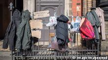 News Bilder des Tages Bekleidung am Spendenzaun an der Zionskirche in Berlin-Mitte Foto vom 24.03.2020. In ganz Deutschland entstehen derzeit sogenannte Spenden- oder Gabenzaeune fuer Obdachlose. Die Menschen werden dazu aufgerufen, in Plastiktueten verpackte Lebensmittel, Hygieneartikel oder Kleiderspenden an die Zaeune zu haengen, damit sich auf der Strasse lebende oder arme Menschen dort versorgen koennen. Wegen der Corona-Pandemie haben viele soziale Einrichtungen wie Tafeln, Nachtcafes und Suppenkuechen aus Infektionsschutzgruenden mittlerweile geschlossen. Siehe epd-Meldung vom 24.03.2020 Gabenzaeune fuer Obdachlose in ganz Deutschland *** Clothing at the donation fence at the church Zionskirche in Berlin Mitte Photo from 24 03 2020 So-called donations or donation fences for homeless people are currently being built all over Germany. People are being Copyright: epd-bild/ChristianxDitsch