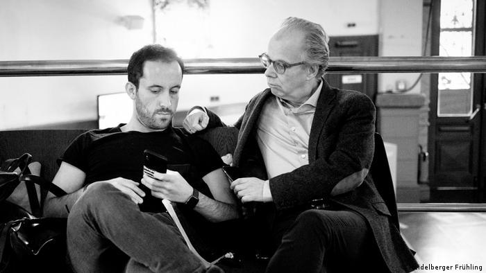 Igor Levit und Thorsten Schmidt sitzen nebeneinander und schauen auf Levits Smartphone