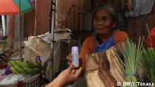 Studenten der Toraja Pharmacy Academy stellen Handdesinfektionsmittel her Indonesien