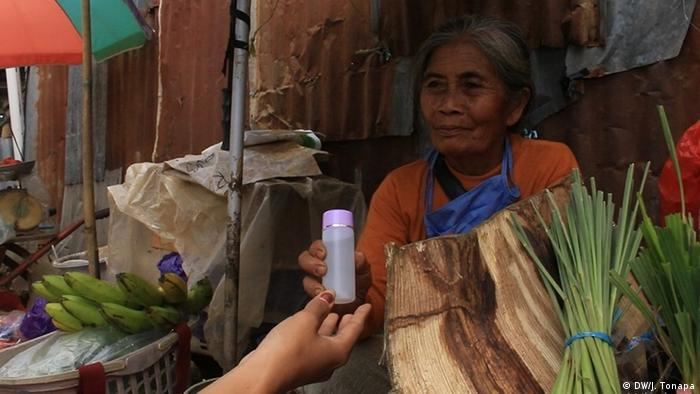 Studenten der Toraja Pharmacy Academy stellen Handdesinfektionsmittel her Indonesien (DW/J. Tonapa)