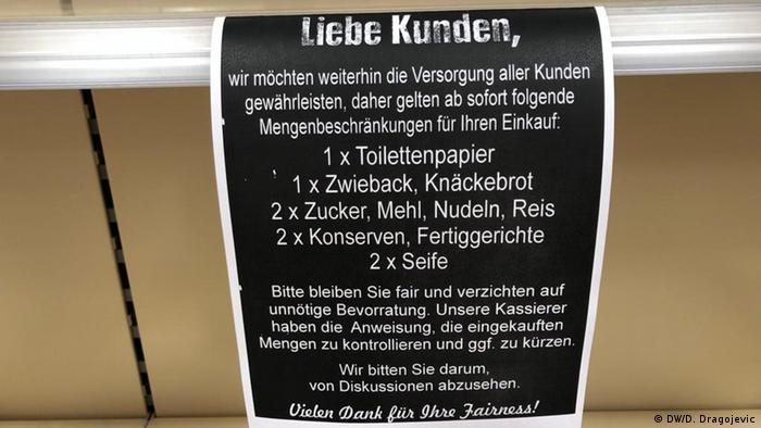 Molba kupcima jednog supermarketa da uzimaju samo određenu količinu toaletnog papira, dvopeka, šećera, brašna, riže...