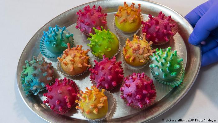 Из марципана в Германии сейчас даже делают такие коронавирусы. Обычно же перед Новым годом спросом здесь пользуются марципановые свинки - на счастье