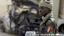 Tschad 2008 | Soldat, Checkpoint in N'Djamena (picture-alliance/dpa/M. Messara)