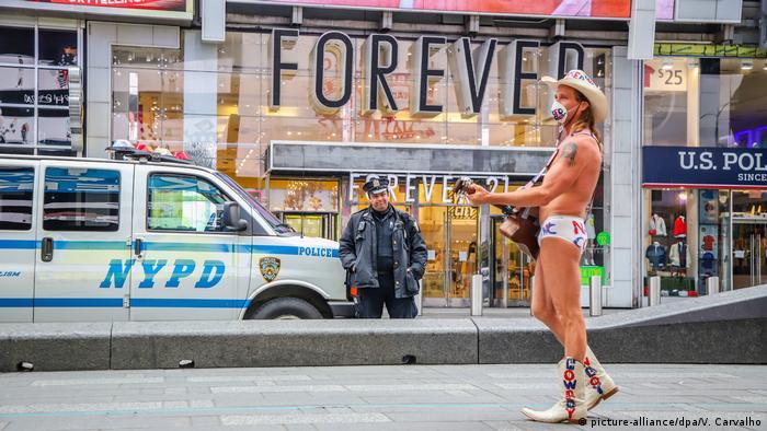 Coronavirus USA Naked Cowboy mit Gitarre und Mundschutz