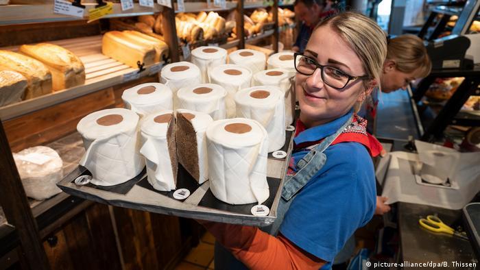 در نخستین هفتههای پاندمی کرونا دستمال توالت به یکی از کالاهای کمیاب در آلمان بدل شد. برخی اصناف با الهام از این جریان و ایدههای طنزآمیز بر آن شدند تا محصولاتی بامزه ارائه دهند. این نانوایی و شیرینیپزی در دورتموند کیکهای مرمری را با لایههایی از شکر به شکلدستمال توالت شیرین تهیه کرده است.