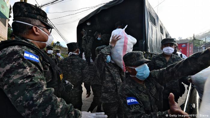 Militares en Honduras ha asumido también tareas civiles de reparto de alimentos.