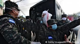 Coronavirus Honduras Militär verteilt Lebensmittel (Getty Images/AFP/O. Sierra)