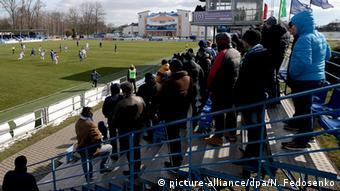 Футбольные болельщики на трибуне стадиона в Слуцке