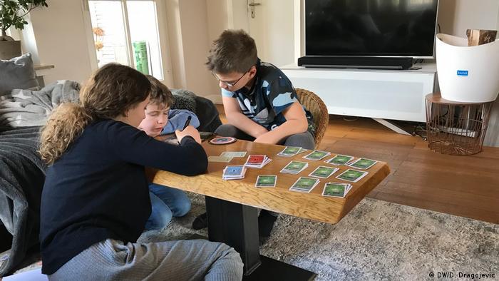 Kinder spielen Gesellschaftsspiele